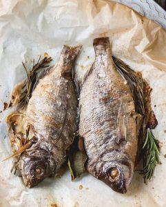 Pescado asado con vegetales