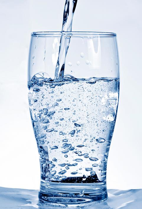 agua alcalina para que sirve y sus riesgos