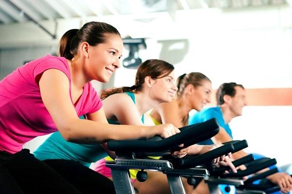 gente haciendo spinning para bajar de peso